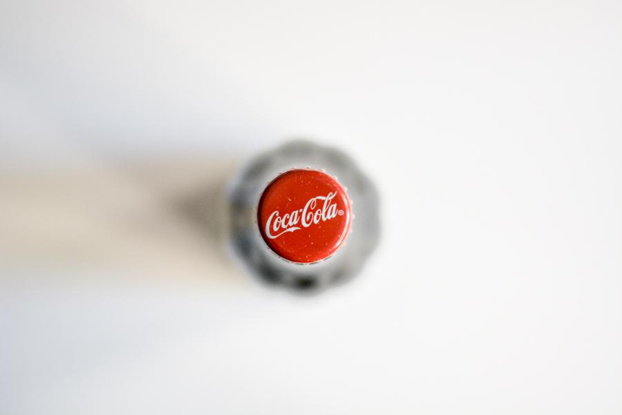 Coca-Cola renueva su envase para hostelería, inspirado en el original de 1915